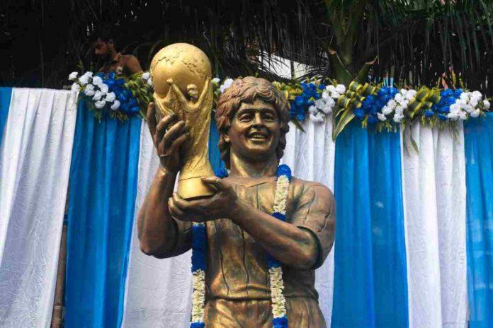 Maradona, folla omaggia il feretro (Getty Images)
