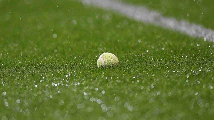Pallina da tennis in un campo da calcio
