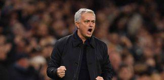 Jose Mourinho mentre stringe i pugni