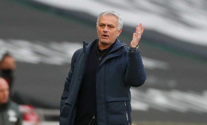 Mercato Roma, Jose Mourinho mentre alza una mano