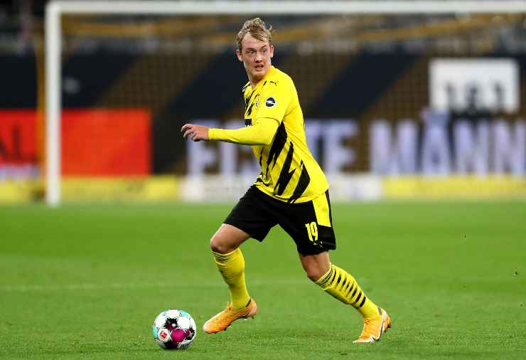 Julian Brandt in possesso palla con la maglia del Borussia Dortmund