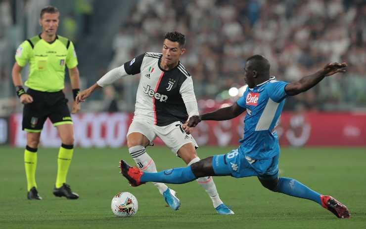 Kalidou Koulibaly mentre effettua un intervento su Cristiano Ronaldo