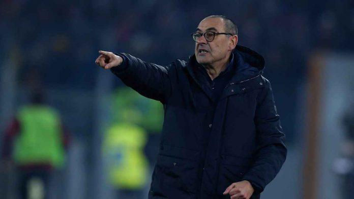 Maurizio Sarri mentre da indicazioni in campo