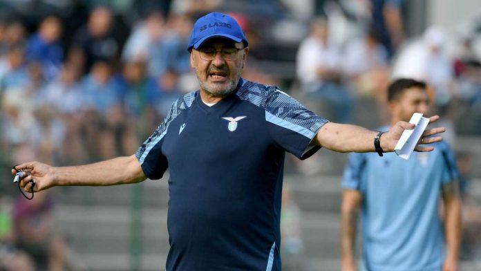 Mercato Lazio, Maurizio Sarri mentre allena