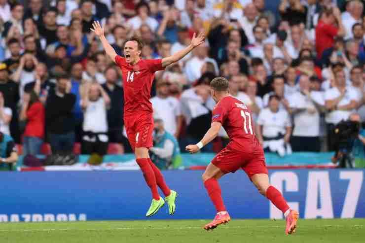 Mikkel Damsgaard mentre esulta con la Danimarca