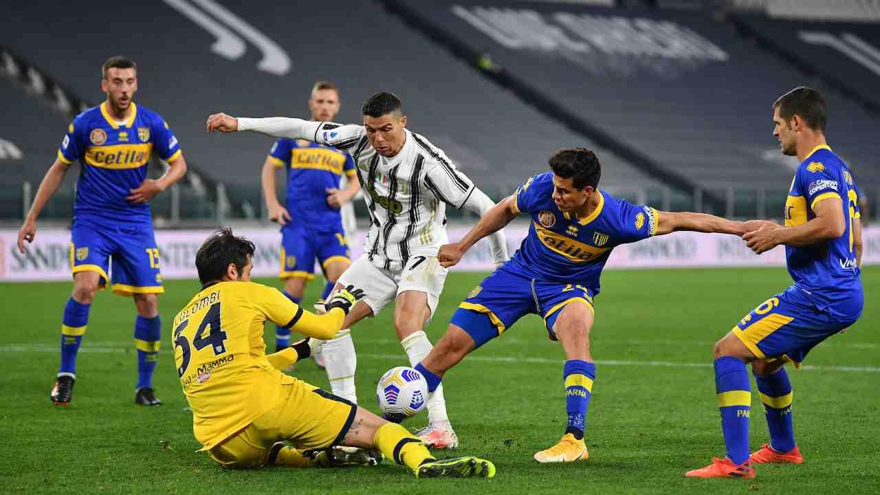 Ronaldo accerchiato dal Parma - Getty Images