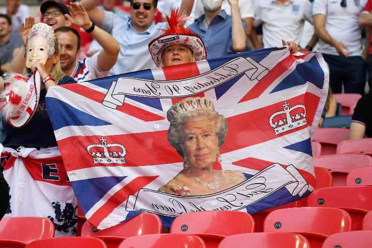 regina elisabetta tifosa inglese