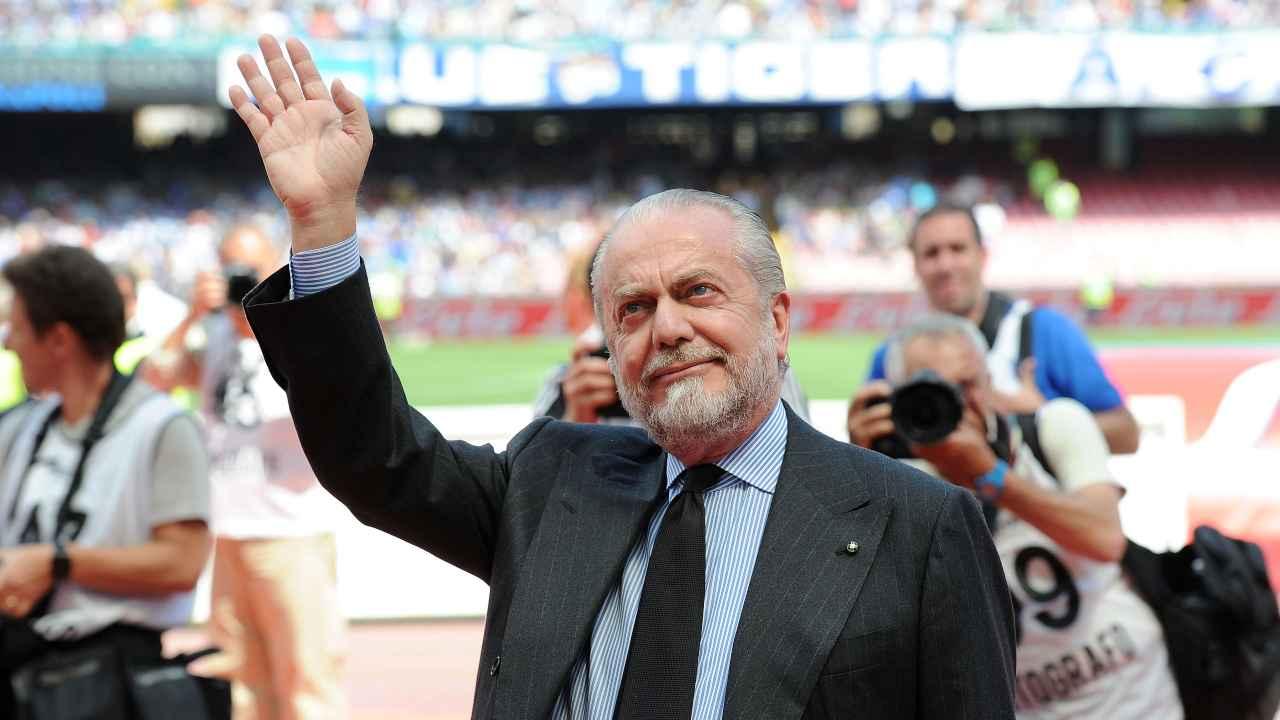 Calciomercato Napoli, Aurelio De Laurentiis mentre saluta