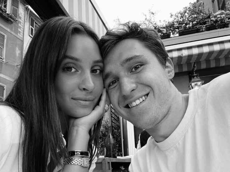 Benedetta Quagli e Federico Chiesa che si fanno un selfie
