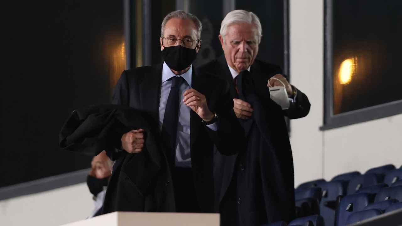 Real Madrid, Florentino Pérez in piedi con la mascherina