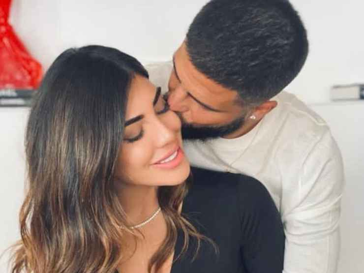 Jenny Darone e Lorenzo Insigne mentre si scambiano un bacio