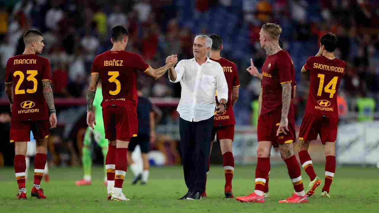 Calciomercato Roma, Josè Mourinho mentre si complimenta con i suoi giocatori in campo