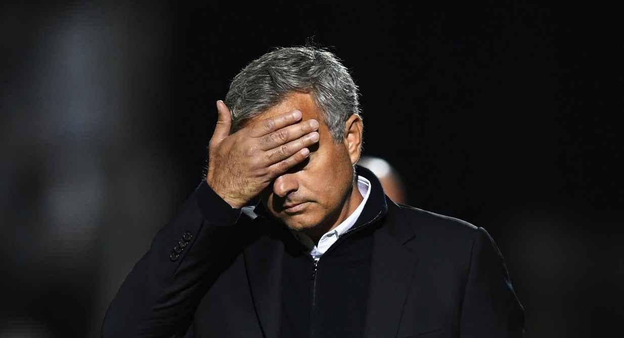 Calciomercato Roma, Jose Mourinho con la mano in faccia