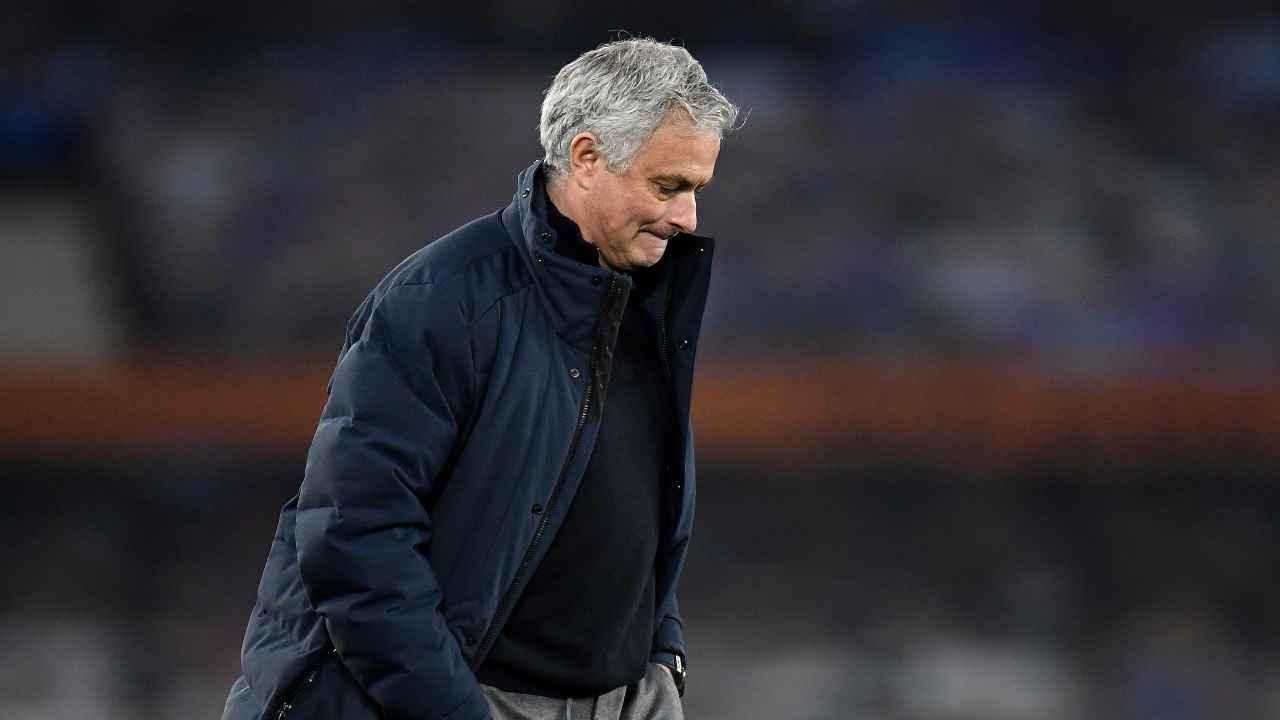 Calciomercato Roma, Jose Mourinho mentre cammina