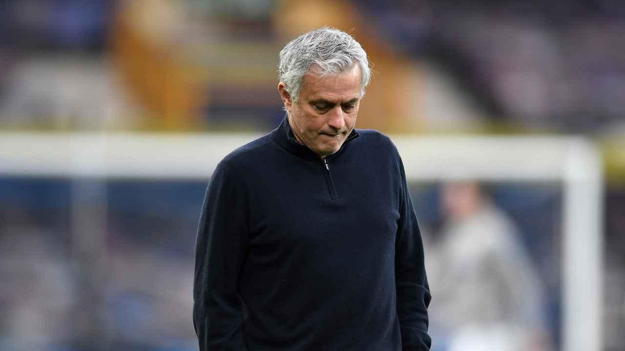 Jose Mourinho in piedi con la testa abbassata