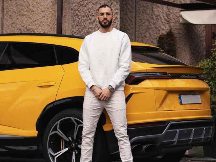 Karim Benzema in piedi accanto al suo Suv Lamborghini Urus giallo