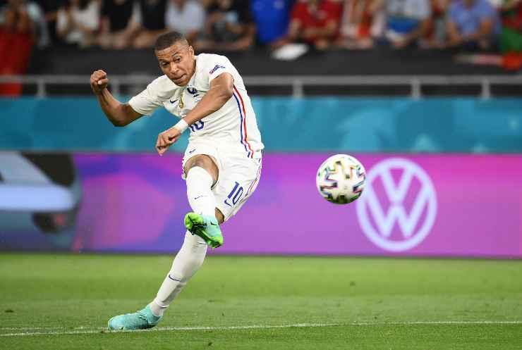 Kylian Mbappé mentre sta calciando il pallone