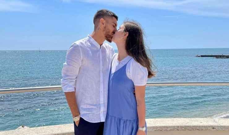 Lorenzo Pellegini e Veronica Martinelli mentre si baciano