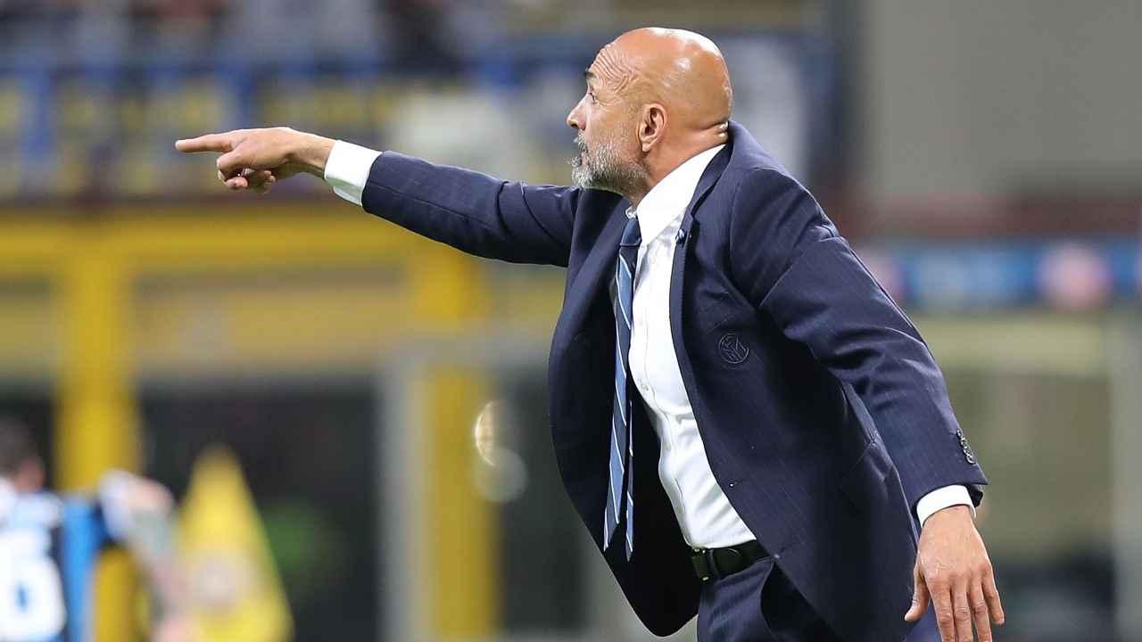 Calciomercato Napoli, Luciano Spalletti mentre indica qualcosa