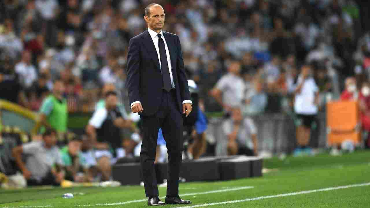 Calciomercato Juve, Massimiliano Allegri in piedi sul campo di calcio