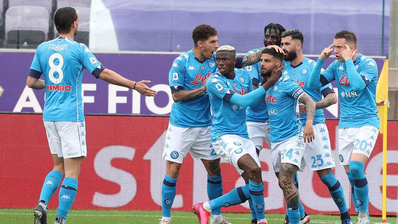 Napoli, compagni di squadra mentre si abbracciano