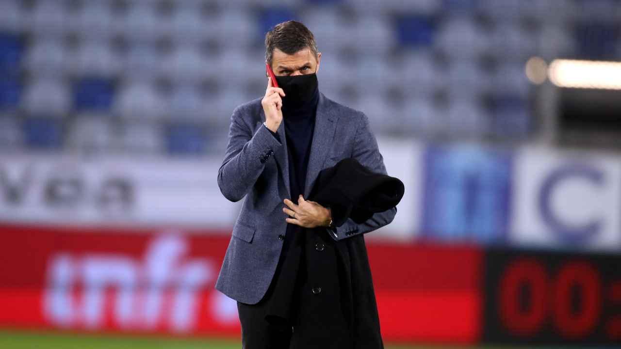 Paolo Maldiniin piedi mentre parla al telefono