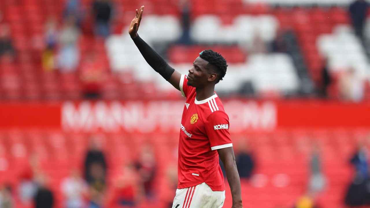 Paul Pogba con la maglia del Manchester United mentre saluta