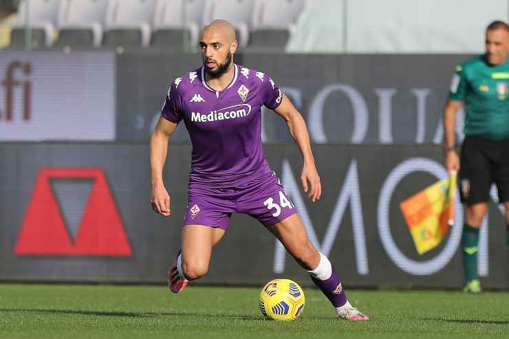 Sofyan Amrabat in campo con la Fiorentina