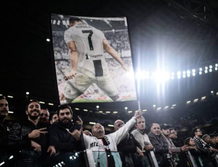 Tifosi juventini con un poster di Ronaldo