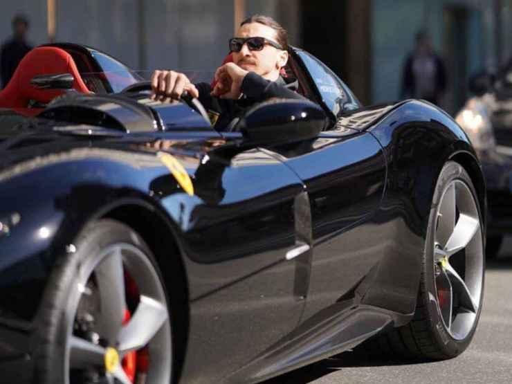 Zlatan Ibrahimovic mentre guida la sua auto