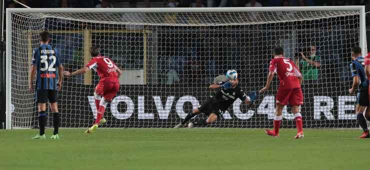 Dusan Vlahovic di spalle mentre tira il calcio di rigore