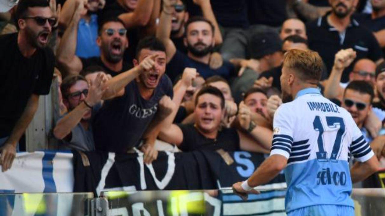 Immobile esulta sotto la curva dei tifosi della Lazio