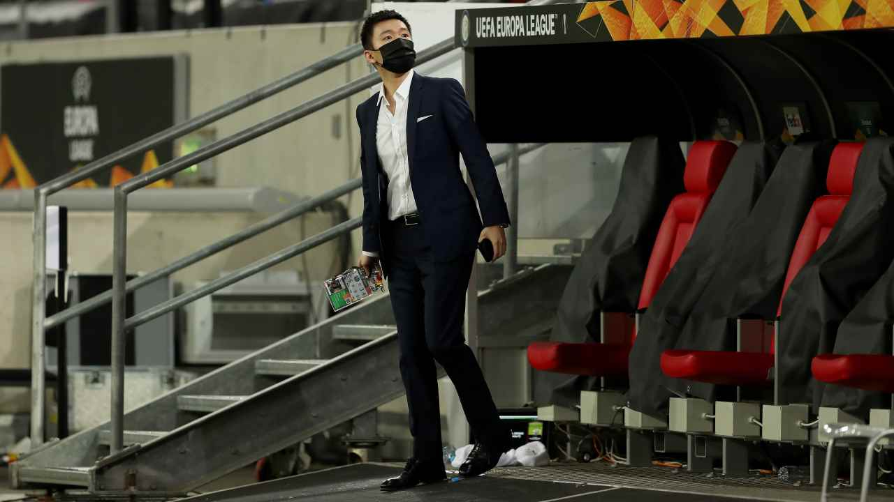 Inter reazioni, Steven Zhang in piedi