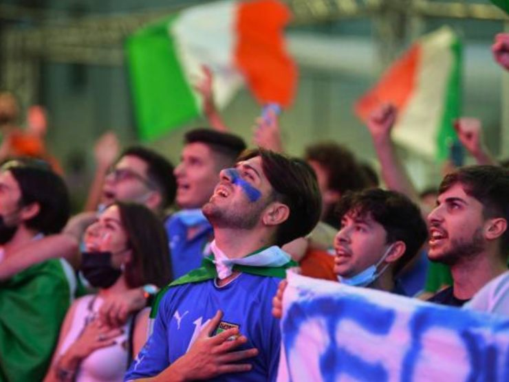 Tifosi italiani durante l'inno