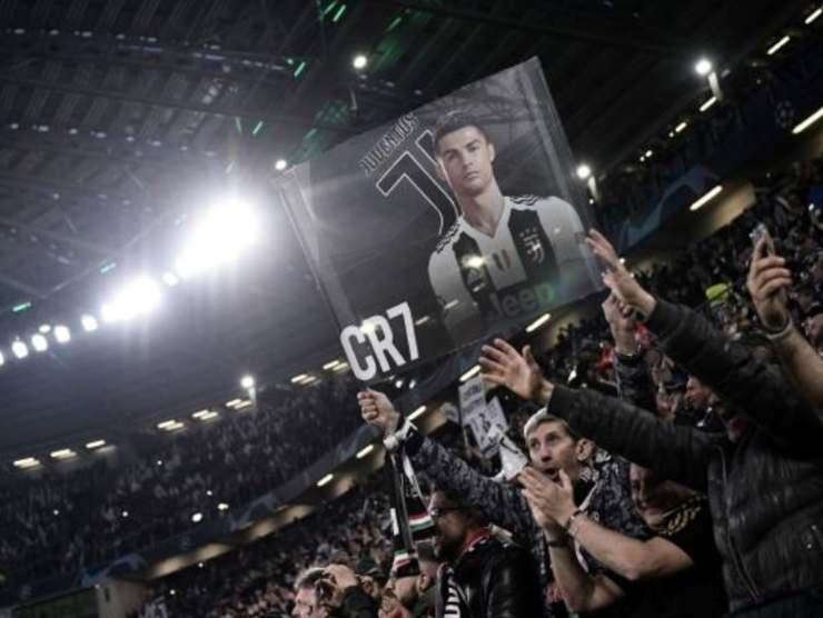 Tifosi juventini allo stadio con un poster di Ronaldo